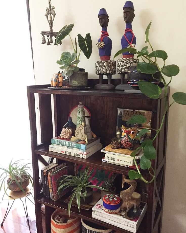 Jungalowstyle Shelfie, dolls from Cameroon, decorating with plants, Indian decor, global decor, Interior Design, decorating with books