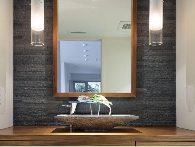 Επένδυση τοίχου σε μαύρο χρώμα , με τον σωστό φωτισμό δινει το απόλυτο  μπάνιο!!
