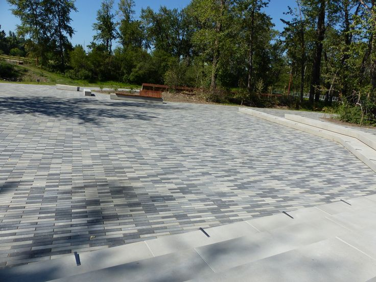 Broadway is a paver with a linear, contemporary design and can be used to create flow to any outdoor living space. It works well when laid in an offset pattern and stands out even without the addition of other paver sizes. #BURNCO