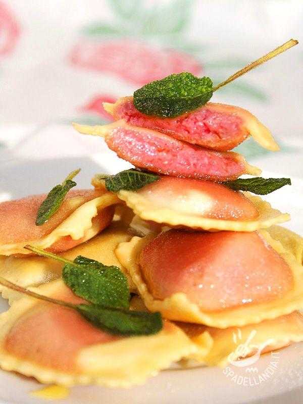 I Ravioli di barbabietole e patate sono un primo di pasta fatta in casa davvero particolare e raffinato, a base di ingredienti molto delicati e genuini.