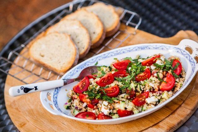 A taboulleh (tabulé) saláta az utóbbi években gyakran felbukkan a magyar blogokon - étlapokon nem emlékszem, hogy már láttam volna, de remélem, sokan készítik otthon, mert egyrészt nagyon finom, másrészt nagyon jó az összetétele, és különösen a nyári melegben nagy áldás, hiszen kánikulában egy étkezés is...