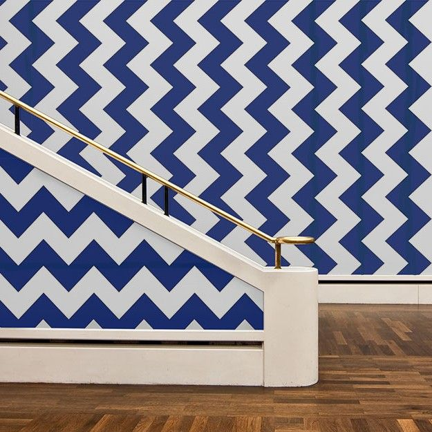 This oversized 'curve' zig-zag covers the width of the entire roll. In a rich navy blue and French grey, the bold angular line is highlighted using the signature Custhom metallic accent, with a delicate gold contour edging the divide between colours. The paper is hand silkscreen printed and has an grain print finish. The design can be aligned and hung in a uniform direction to create a solid wall of the curve zig-zag pattern, or with alternate 'drops' inverted, creating dramatic and graphic…