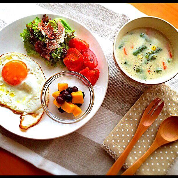 目玉焼き* プロシュートのサラダ* 焼きトマト* フルーツ* 豆乳シチュー*  な、朝ごはん。 - 14件のもぐもぐ - ワンプレート&豆乳シチュー* by haruru19