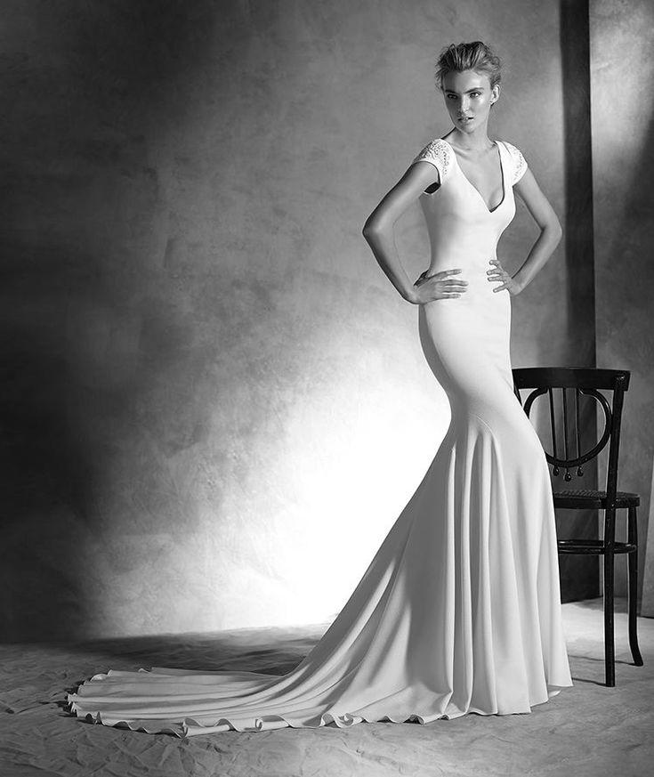 ATELIER PRONOVIAS 2016 Modelo 'Irune'. Vestido de novia de crepe de estilo sirena. Cuerpo con pequeña manga corta fruncida decorada con pedrería. Espalda con gran escote en pico y botones forrados. Desde 2.350,00 €*