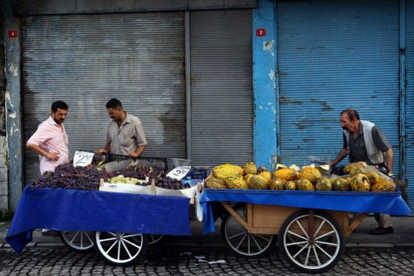 Turkish Street Sellers, Istanbul Turkey by National Geographic. Πλανόδιοι Πωλητές στην Κωνσταντινούπολη