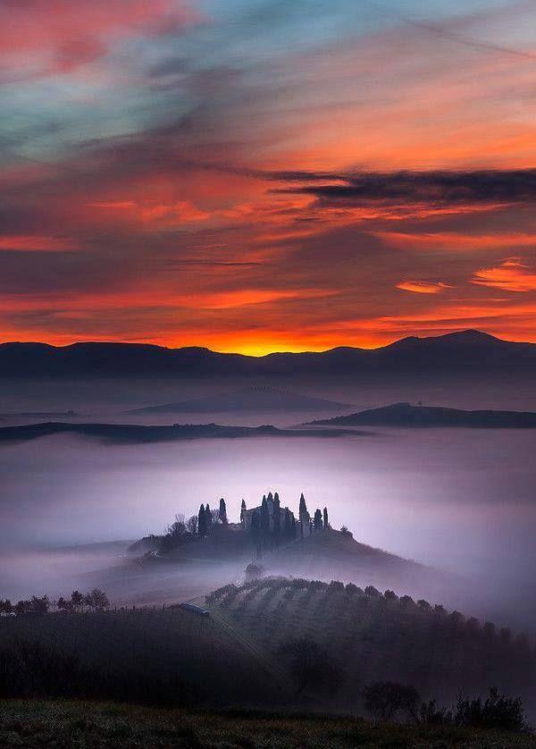 L'image du jour : Tôt le matin, brouillard sur San Quirico d'Orcia, Province de Sienne, Toscane, Italie