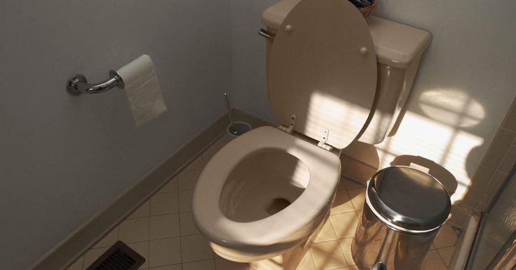 Por que o vaso sanitário inunda o chuveiro?. Uma inundação ocorre quando a água e esgoto do vaso sanitário não são capazes de sair normalmente através do esgoto e sistema de drenagem. A tubulação interna de um vaso sanitário é projetada para evitar bloqueios no próprio vaso sanitário e evitar que gases perigosos entrem na casa pelo esgoto. A água que foi liberada do banheiro segue a linha de ...