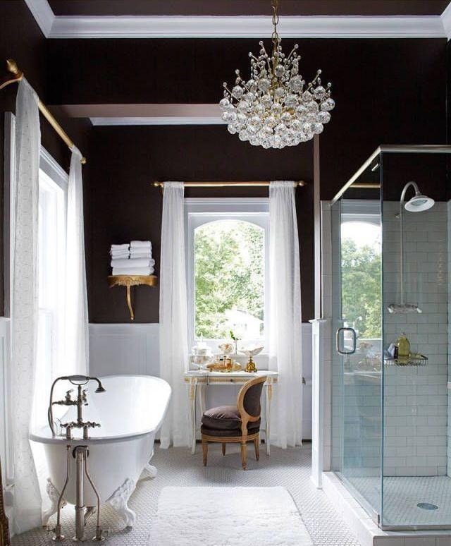 Многие считают черный цвет   слишком мрачным для использования   в дизайне интерьеров, а его сочетание   с белым — слишком вычурным, холодным   и лишенным радости, уюта.     Тем не менее, в последние годы дуэт этих   двух цветов довольно часто используется   в отделке помещений, например, гостиной,   прихожей.
