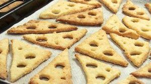 Unas galletas con mucho sabor a queso y muy originales que nos enseñan a preparar desde el blog SOMETHING IS COOKING!.