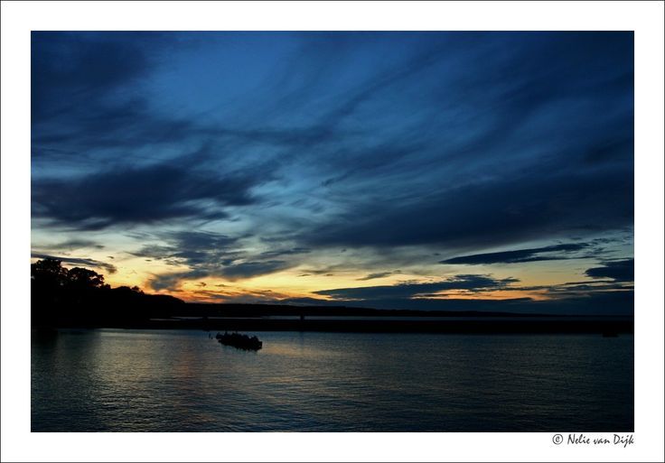 Zweedse zonsondergang. Zonsondergang aan de oostkust van Zweden