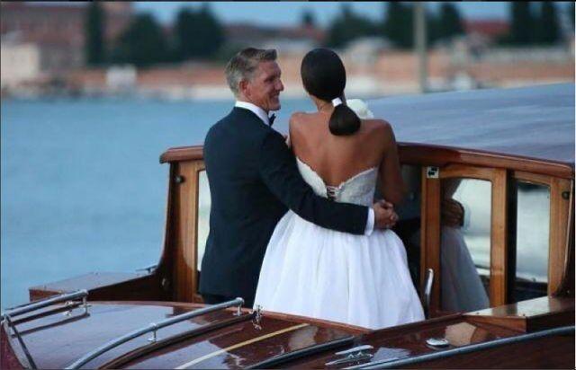 l calciatore tedesco Bastian Schweinsteiger si è sposato con Ana Ivanovic con rito religioso nella Chiesa dell'Abbazia della Misericordia a Venezia, la città scelta per giurarsi amore eterno. Avrebbero dovuto farlo un mese fa a casa di Ana, a Belgrado, ma Bastian è stato convocato in nazionale per Euro 2016.