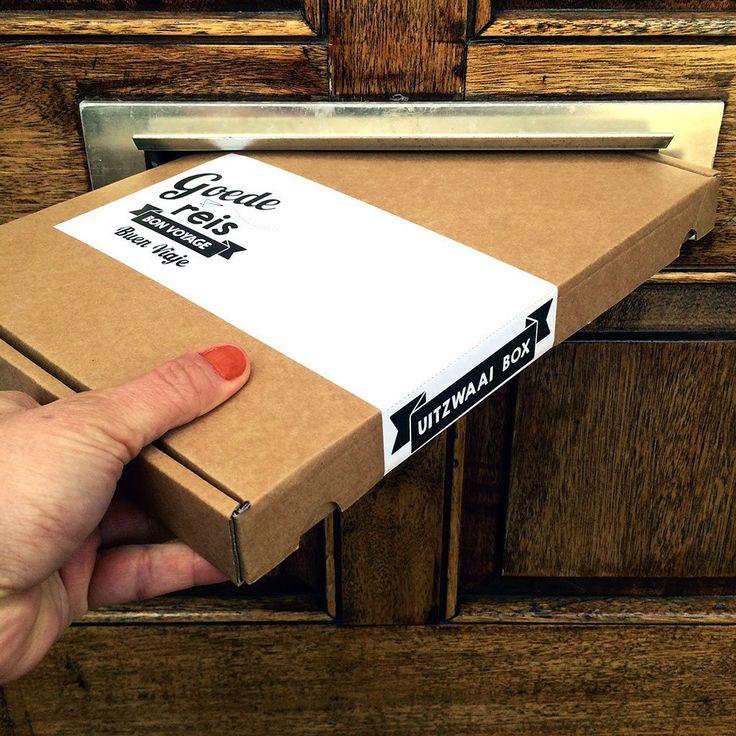 Gaat er iemand op reis? Met deze super leuke en originele uitzwaai box geef je het perfecte cadeau! Dit complete cadeaupakket past door de brievenbus en zit bomvol leuke, grappig en handige gadgets voor iedere reisliefhebber. Heel veel cadeautjes De box is in verschillende varianten te krijgen. Het pakket wordt geleverd in een brievenbusdoosje op A4 formaat. De inhoud van het basispakket bestaat uit:   Kaart 'Goede reis'(A5 formaat)  One line a day boekje (handig zakformaat reisdag...