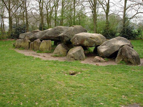 Hier zie je de hunebedden in Drenthe. Aan deze graven kunnen we zien dat de prehistorie ook in ...