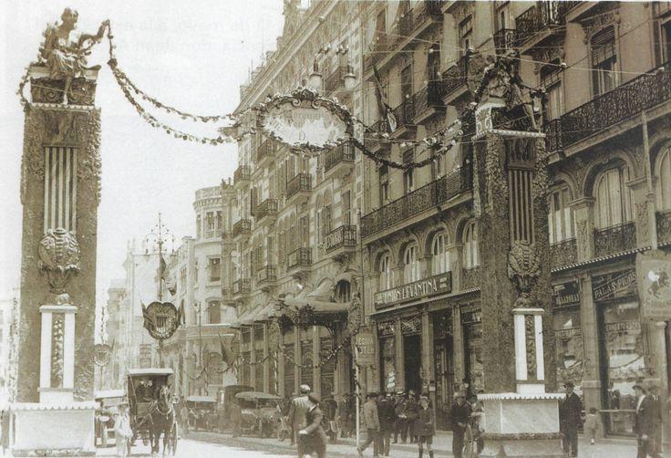 LA VIRGEN DE LOS DESAMPARADOS  La calle de las Barcas ofrecía este aspecto Durante los días anteriores a la coronación de la Virgen de los Desamparados