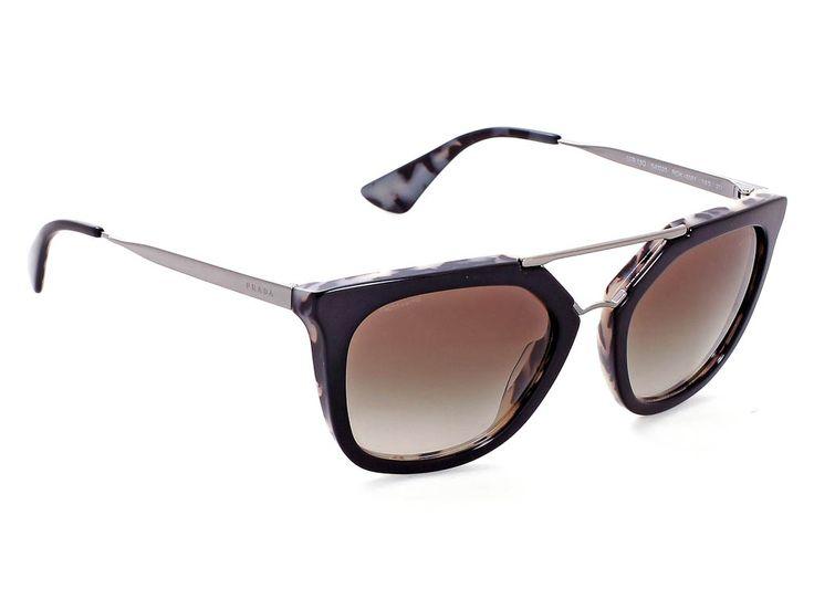 #Prada 13QS/ROK4M1/54/20 Μαύρο Άσπρη Ταρταρούγα/Γκρι Ντεγκραντέ - Το #Prada 13QS/ROK4M1/54/20 είναι ένα σύμμεικτο γυαλί ηλίου με μαύρο χρώμα σκελετού, άσπρη ταρταρούγα στο εσωτερικό του, ασημί μεταλλικούς βραχίονες και φακούς χρώματος γκρι ντεγκραντέ. Το τετράγωνο σχήμα του και το μέγεθός του ταιριάζει στα περισσότερα σχήματα προσώπου. Επέλεξε το #Prada 13QS/ROK4M1/54/20 για ρετρό στυλ που θα συζητηθεί. #optofashion #sunglasses