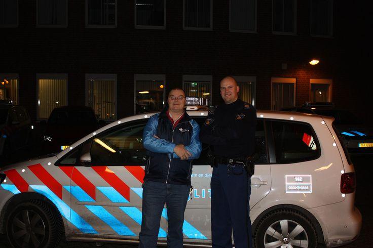 Burger in blauw: Erik van der Veer draait mee met politie Haaglanden in de nacht van 16 op 17 november 2013. Hier samen met Robert Jan