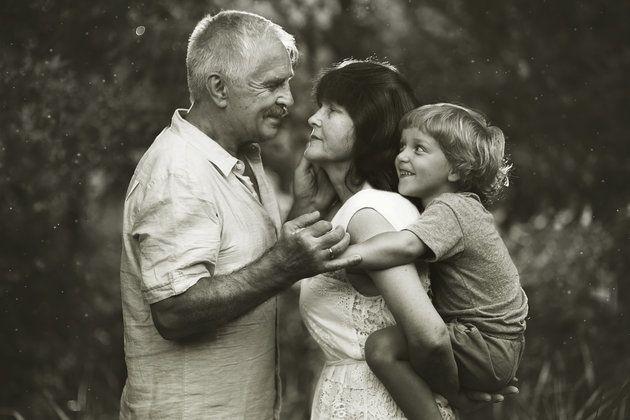 """""""Los nietos son la cereza del pastel de la vida."""" Esta es una frase que mis suegros siempre dicen y que a mi me encanta.  Y es que la relación entre abuelos y nietos es una de las más puras, enriquecedoras y completas que puede haber."""