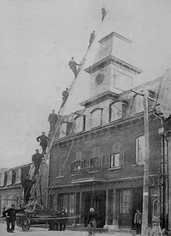 Pompiers de la caserne no 7, à Québec, posant sur la grande échelle, vers 1900. Ville de Québec