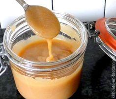 sauce caramel beurre salé au micro ondes 60 gr de beurre demi-sel (à défaut une ou deux pincées de sel feront l'affaire) 110 gr de sucre roux ou ordinaire 120 gr de crème liquide entière de préférence Et un micro-ondes bien évidemment!