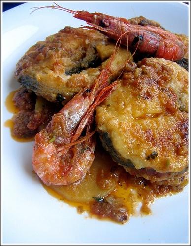 Suquet de peix / •1 kg pescados en trozos (merluza, mero, rape, dorada...) •8 gambas •3 tomates maduros •el corazón de una cebolla •5 dl de caldo de pescado o de agua •500 gr de patatas  Para la picada: •50 gr. de almendras tostadas •2 rebanadas de pan •1 cucharadita de harina •2 ajos, perejil, unas hebras de azafrán •sal, pimienta, aceite de oliva