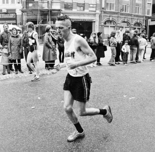 Joe Strummer running the 1983 London Marathon