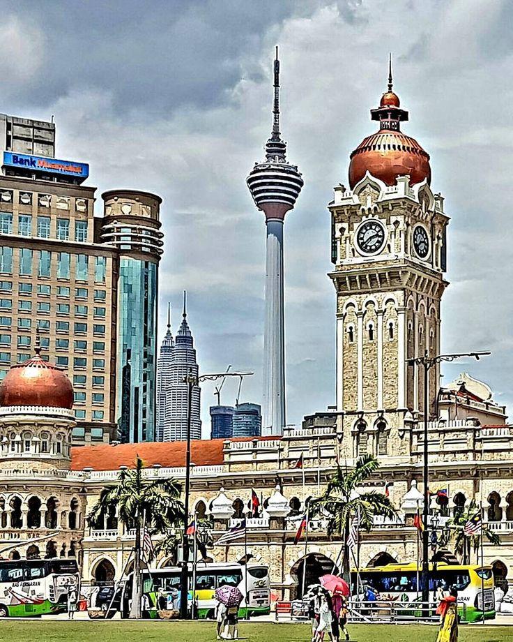 A praça Merdeka em Kuala Lumpur, Malásia, foi palco da independência malaia em 1957 e uma bandeira hasteada num mastro de 100m, a mais alta do mundo, simboliza esse momento.  Clique no post para saber mais detalhes ou acesse www.acamminare.com.