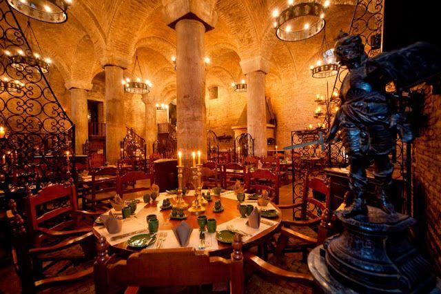 10 restaurantes en locaciones asombrosas   Comer en una cripta milenaria o en el medio del desierto. Arriba de un árbol o debajo del mar. Hay restaurantes en el mundo que tienen locaciones increíbles y donde lo que MENOS importa es la comida.  stos son algunos de los más impresionantes aunque la lista tal vez sea mucho más extensa.  COLGADO DE UNA MONTAÑA CHINA  No apto para impresionables ni comensales que sufren de vértigo. Fanweng está ubicado en la provincia de Hubei en China. Está casi…