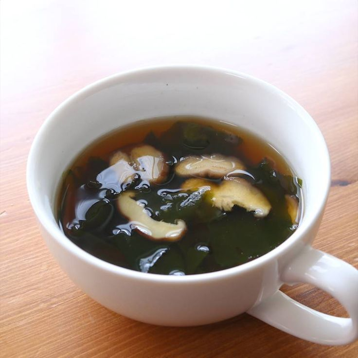 「しいたけたっぷり 和風スープ」の作り方を簡単で分かりやすい料理動画で紹介しています。めんつゆを使用して、お手軽に和風のスープはいかがですか?しいたけの香りが食欲をそそります。切る食材もしいたけのみ!忙しい時にでも作れる一品にしました。味噌料理と合わせる汁物に困った時にも役立ちますよ。とっても簡単なので是非作ってみてくださいね。