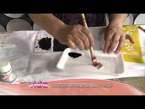 Falsa Prata Boliviana ou Falsa Latonagem Materiais: - 01 peça em MDF; - Base acrílica branca; - Textura acrílica; - Stencil (motivo desejado); - Hidro- miçan...