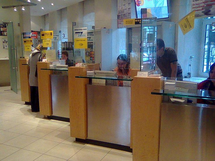 Банковская стойка со стеклянными столешницами и перегородками.