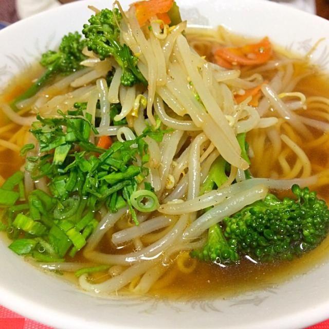 ストーブシーズンなので 鳥のガラと煮干しを5時間コトコト煮出したスープで醤油ラーメンを作り「飲み干してもいいんだよ」とバイト帰りの次男に出した。 (即席麺のスープはウチでは飲むの禁止にしてます)  トッピングに温野菜にタレを和えて使いました。 - 151件のもぐもぐ - Miki Sanoさんの料理 一風堂のホットもやしのレシピだそうです。私はドレッシングにしてました。今日はラーメンのトッピングにしました。 by sanomikijp