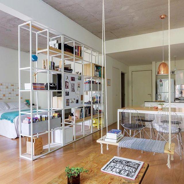 una estructura liviana de hierro que separa el espacio privado del social y se completa con macetas de hormign para guardado estantes de vidrio