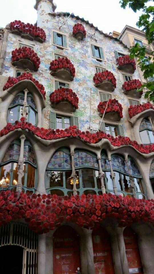 La Casa Batlló s'omple de roses per Sant Jordi. 22 d'abril de 2016 - Barcelona, Catalonia.