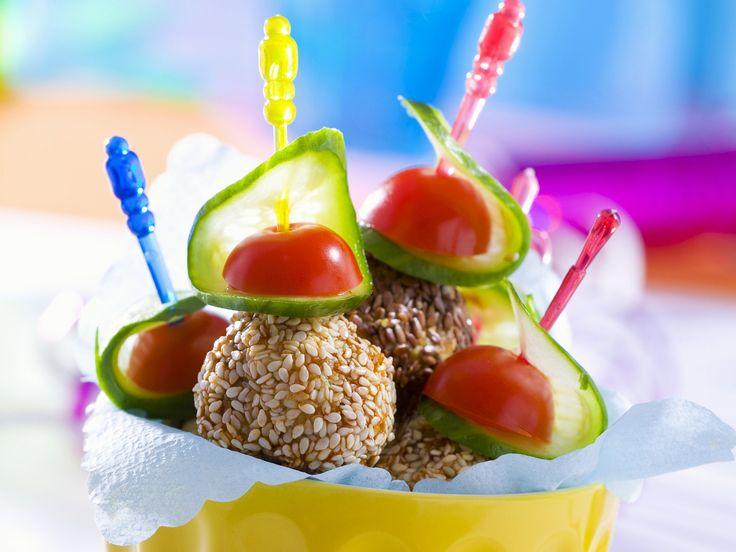 Hackbällchen in Sesam mit Gurke und Tomate - smarter - Zeit: 30 Min.   eatsmarter.de Hackbällchen sind ein echter Klassiker, der immer gut ankommt.