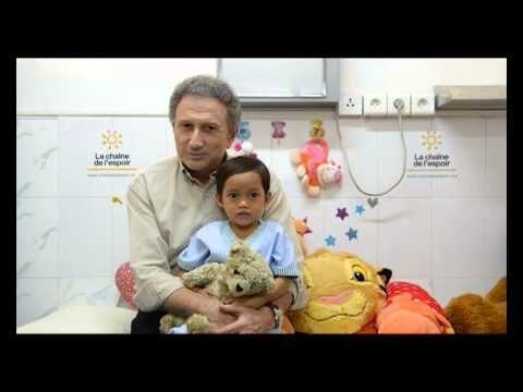 Michel Drucker - 2012  Michel Drucker rencontre les enfants opérés par La Chaîne de l'Espoir au Cambodge