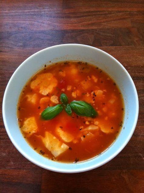 """Овощной суп из цветной капусты* - (20-30 минут)  (*подходит для заморозки)  Сервировка для взрослых  Вам потребуется (на 4 голодных человека): пол-кочана цветной капусты (чем больше - тем лучше) 300-400 грамм томатной пасты с травами из банки (название в магазине  - """"соус для пиццы""""). Если такой пасты в продаже нет, то можно заменить обычной томатной пастой или простыми помидорами с добавлением БОЛЬШОГО количества сушеных трав (базилик, петрушка, тимьян) и 1-2 ст.л. сахара) 1 ОЧЕНЬ большая…"""