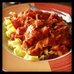 Tomatensoße ( DDR Art) Rezept: Fleischwurst,Zwiebel,Tomaten,Butter,Mehl,Tomatenmark,Pfeffer,Basilikum,Rosmarin,Oregano