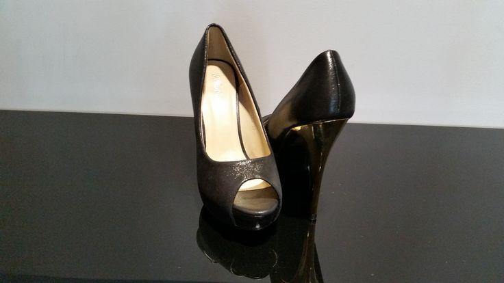 Zapato con tacón dorado.