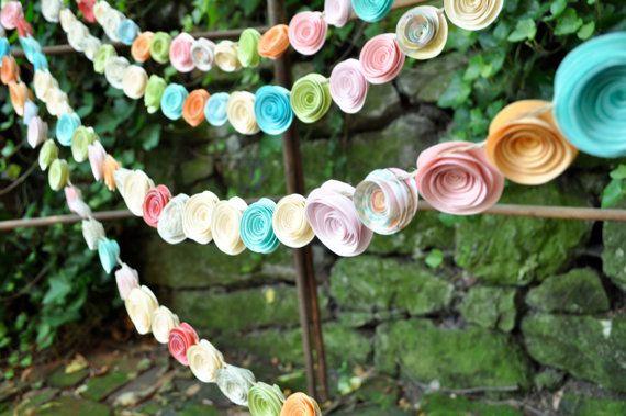 He encontrado este interesante anuncio de Etsy en https://www.etsy.com/es/listing/103390281/wedding-garland-paper-flowers-cream-blue