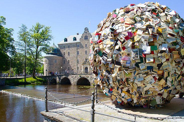Knihy jsou umělecké dílo, to bezpochyby. Jak ale využít staré knihy, které už nikdo nečte? Mohou z nich například vzniknout kreativní umělecké instalace. Jednu z nich- Nekonečnou studnu, můžeme obdivovat v Praze v Ústřední knihovně. Která instalace se vám nejvíce líbí?