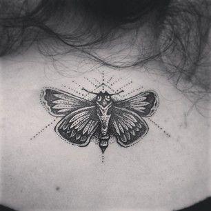 Papillon de nuit | 50 magnifiques tatouages pointillistes