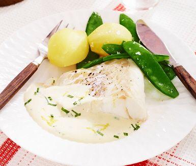 Ett skepp kommer lastat med fisk i ugn till middag! Den gräddiga såsen blir ljuvlig till fisken, kryddad med pressad citron, rivet citronskal och hackad dragon. Serveras med potatis och krispigt kokta sockerärtor.