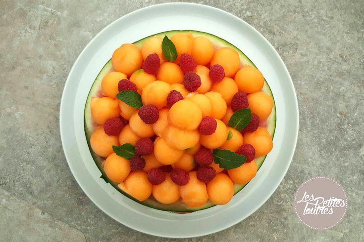 Salade de fruits - Cuisine dessert - Découvrez cette salade de fruits fraîche et sucrée avec une présentation originale en faisant de votre melon ou pastèque un bol pour la salade de fruits. #fruit #dessert #melon #pastèque #bol