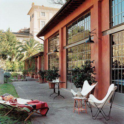 Un salon de jardin en bordure de la maison