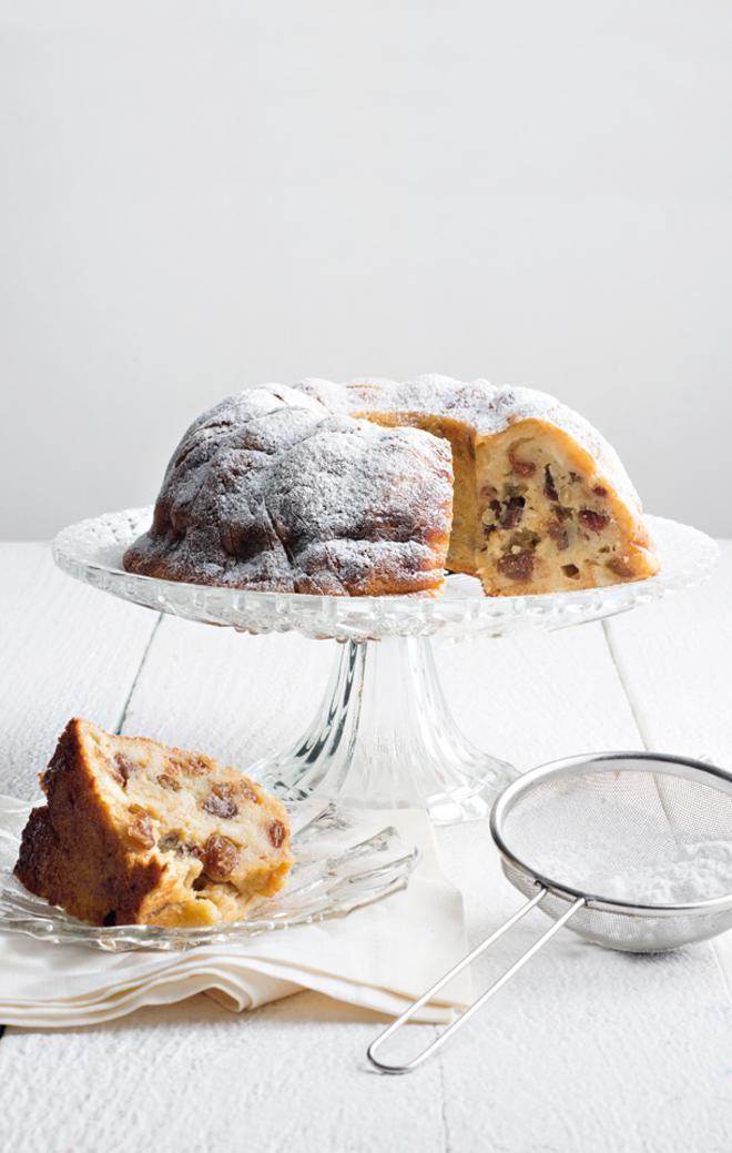 Ιταλικό κέικ με ψωμί, κουκουνάρι και σταφίδες