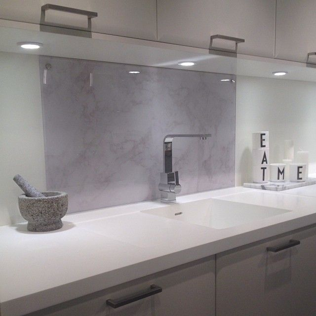 Råtøff backsplash i glass med marmormønster!! #backsplash #marmor #marble #trend #sigdalkjokken #sigdalkjøkken #kjøkken #fazfront #kitchen #glamitec #glass #arnejacobsen
