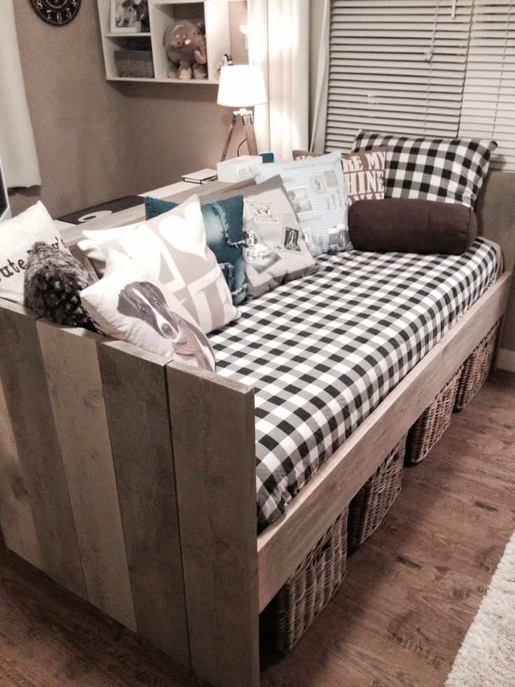Bankbed van steigerhout in een stoere meidenkamer. Ruimte onder het bed voor rieten manden!