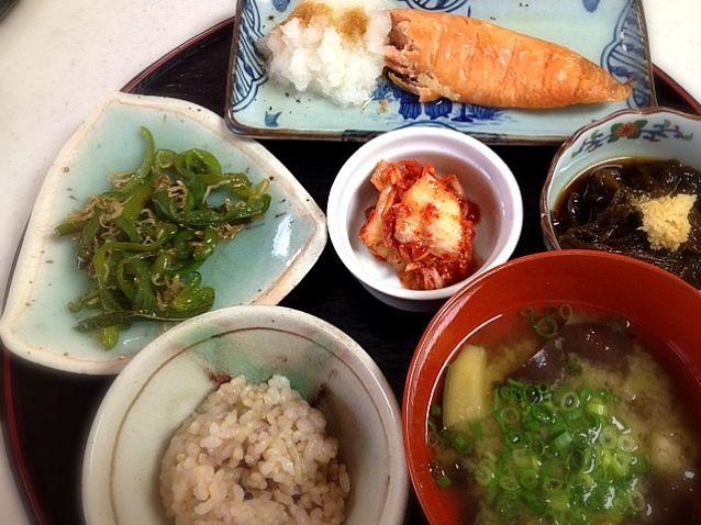 food247さん、またまた、もぐもぐ!ありがとうございます(^^) 今日は暑かったので、手抜き料理です^^; - 2件のもぐもぐ - 塩鮭の大根おろし添え、もずく酢、ピーマンとじゃこの炒め物、なすとオクラのお味噌汁、玄米ごはん by Tomoko