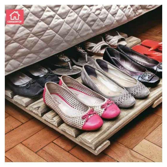 zapatos ordenados bajo de la cama