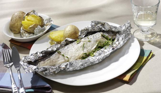 Lust auf gegrillten Fisch? Besonders lecker schmeckt die Forelle in der Alufolie wenn man Thymian und Rosmarin in der Bauchhöhle verteilt und sie mit Meerrettich und etwas Zitronensaft bestreicht.